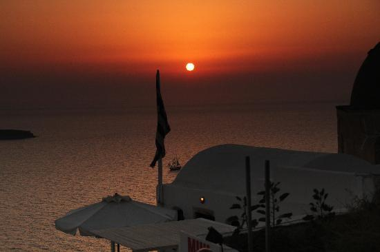 Santorini Facile Fira Rooms: Sails in the sunset over Santorini