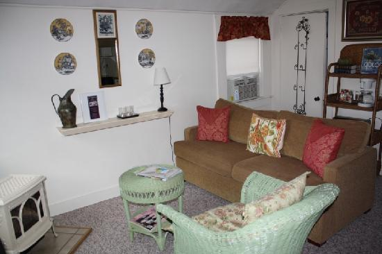 Bar Harbor Cottages and Suites: Living area with closet in backround