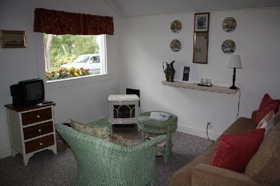 Bar Harbor Cottages and Suites: Another view of sitting area
