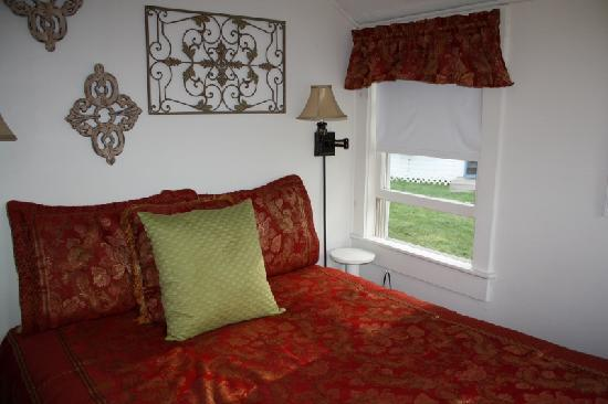 Bar Harbor Cottages and Suites: Another view of the bedroom