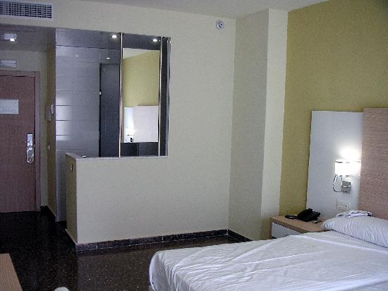 Hotel Fontana Plaza: Entrada-baño-cama