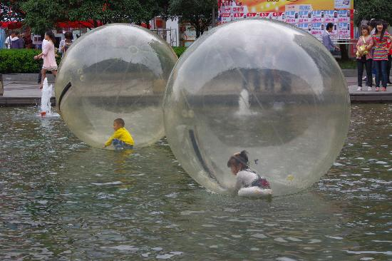 Ningbo, Chiny: Air balls on water with little peeps inside!