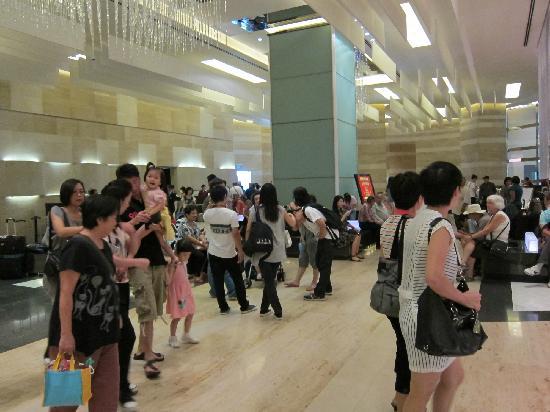 โลแตล นีนา เอ คองวองซิอง ซองทร์: Typical crowd in foyer. Reminds me why I don't do group tours.