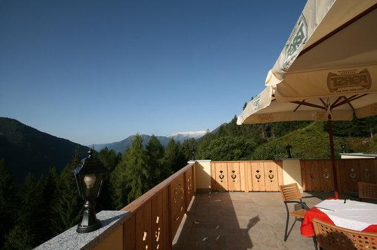 Feeling Hotel Fontanella:                                     terrazza con vista Adamello e Brenta