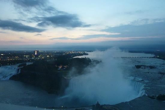 เอมบาสซี่สวีทส์ บาย ฮิลตันไนแอการ่าฟอลส์ ฟอลส์วิวโฮเต็ล: View looking east early morning