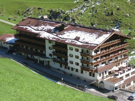 Hintertux, ออสเตรีย: Hotelansicht beim Abstieg von der Bichelalm