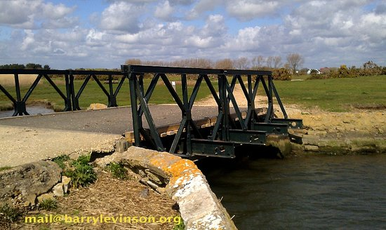 Крайстчерч, UK: prototype Bailey Bridge, Stanpit Marsh, Christchurch, Dorset.UK