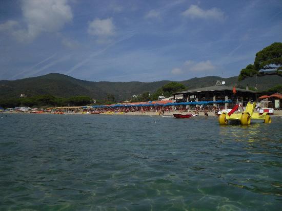 spiaggia di Lacona con lo stabilimento dell'hotel