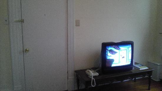 The Wells Inn : tv and front door to room