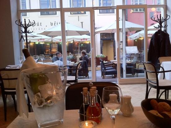 Neiburgs Restaurant: Blick vom Tisch zur Terrasse und Straße