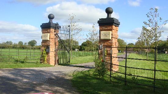 Muddifords Court Country House: The impressive entrance