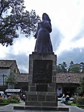 Plaza Gertrudis Bocanegra: Statue on Plaza