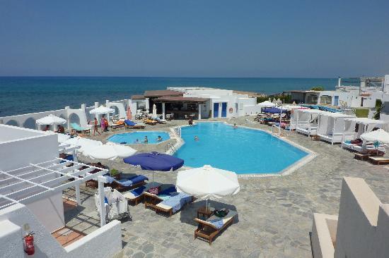 โรงแรมนอสซอสบีชบังกาโลว์สแอนด์สวีทส์: la piscine