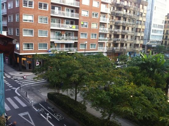 Hotel Zaragoza Plaza: view of the outside of the hotel from an apartment I have rented