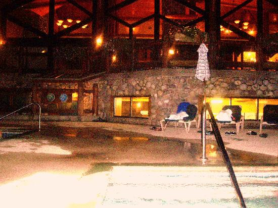 Lizard Creek Lodge: evening by the pool deck