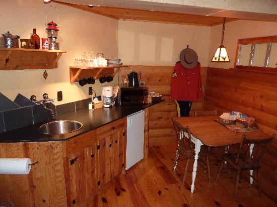 Bear Necessities B&B : kitchenette
