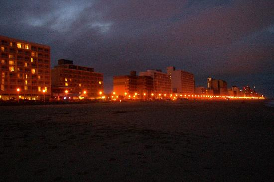 Capes Hotel: View of boardwalk at night from the beach