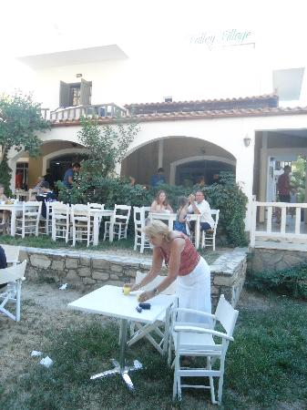 Matala Valley Village Hotel : outdoor dining area