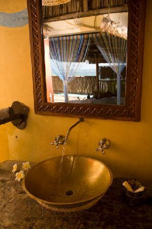 The Cove Treehouses: Bathroom