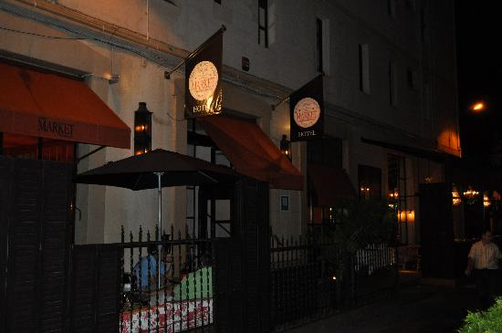 โฮเต็ล มาร์คเก็ท: Hotel Market entrance and patio at night.
