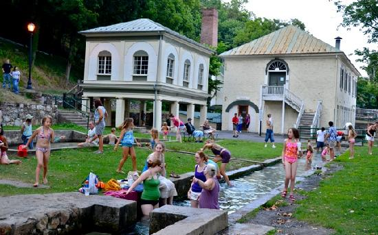 Berkeley Springs, Virginie-Occidentale : everyone loves splashing in the pools