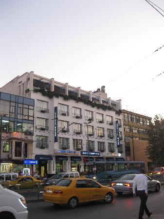 Hotel Beyaz Saray: El hotel desde la plaza Beyazit