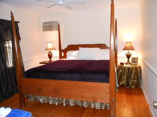 Hartwell House Inn: Bedroom w/ King comfy bed