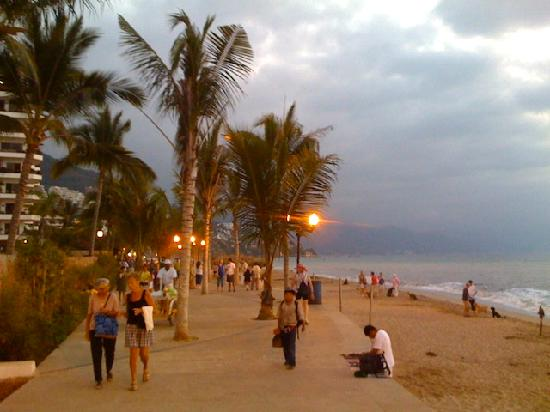 Bugambilia Blanca Vacation House and Condos: Enjoy a delightful evening stroll along the Malecon