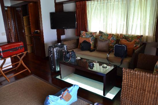 Hilton Moorea Lagoon Resort & Spa: Canapé et table en verre pour voir sous le pilotis
