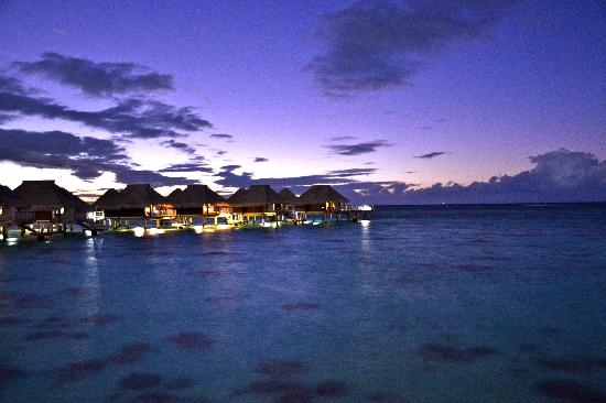 Hilton Moorea Lagoon Resort & Spa: Vue le soir depuis le pilotis