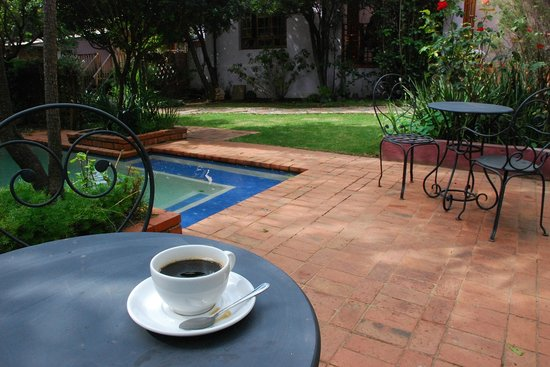 Tama Rumah: Pool Side Coffee