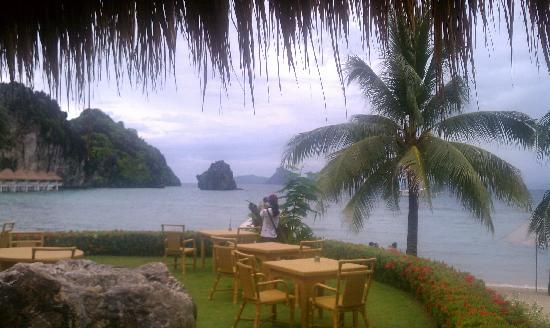 El Nido Resorts Apulit Island: Beachfront from the dining area