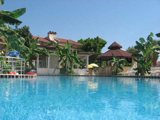 Ozcem Apart Hotel: Pool with kids area to the left