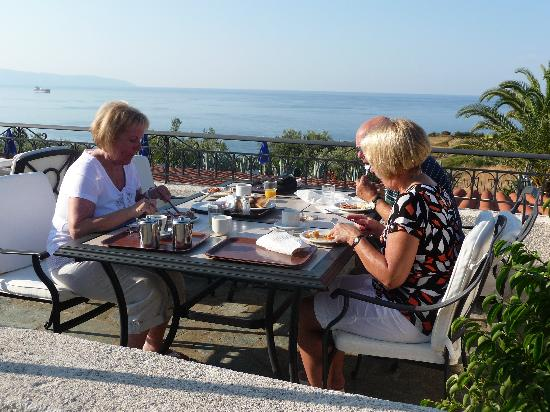 Trapezaki Bay Hotel: Breakfast overlooking Trapazaki Bay
