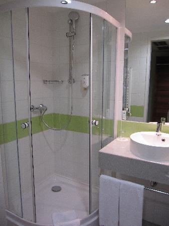 อะแชต พรีเมียม โฮเต็ล บูดาเปสท์: The very clean bathroom.