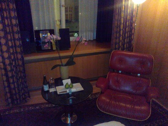 Widder Hotel: small seating area and desk.