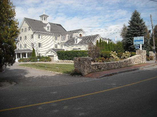 The Breakwater Inn and Spa: Breakwater Inn-main building from Ocean Ave