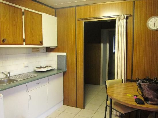 Lakeside Caravan and Motorhome Park: Kitchen area. Complimentary milk provided too!