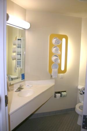 Motel 6 Sandusky-Milan: Wow, all I can say about the new Motel 6 bathroom.