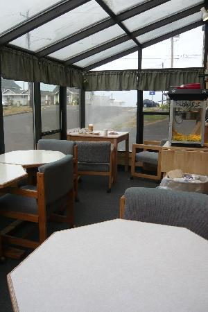 Waves of Newport Motel & Vacation Rentals : Brighter of two breakfast areas