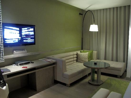 ดับบลิวรีทรีทแอนด์สปา บาหลี-เซมินยัค: The room, the TV and the sofa