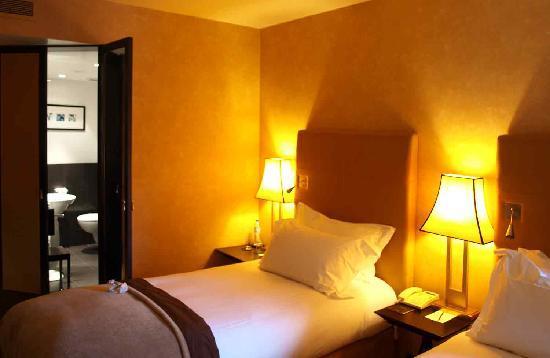 โซฟิเทลลิบอนลิเบอเดดโฮเตล: Beds and bathroom