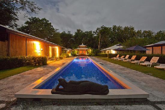 Blue Osa Yoga Retreat and Spa: Pool at night