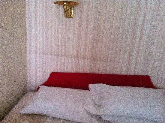 Norfolk Hotel: mucky bed