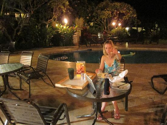 The Mauian Hotel on Napili Beach: Bringing our dinner to the pool area to cook at one of the bbqs and eat poolside