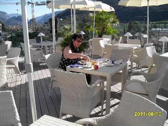 Hotel Kristal Palace - Tonelli Hotels: Frühstück am Pool