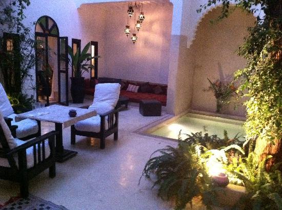 Riad Davia: Le patio est superbe et parfumé, on y est  !!