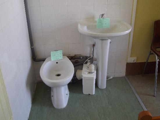 Hospedaria Verde Esperanca: not working in the room. but there was 2 full bathrooms