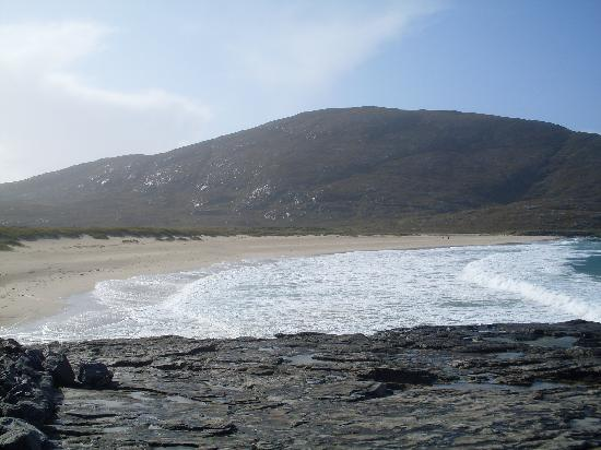 Castlebay Hotel: beach, 2 miles from hotel