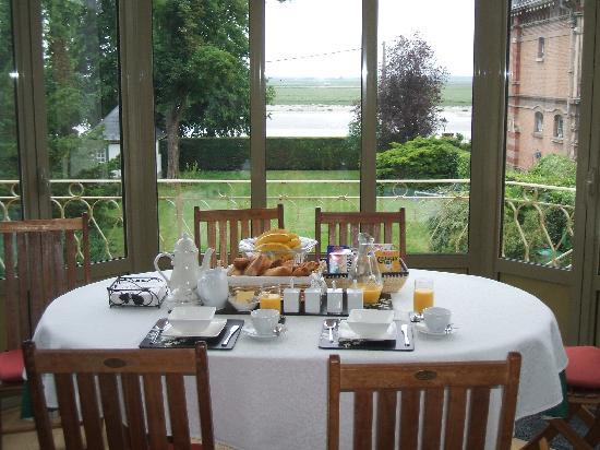 Boisfontaine : Breakfast Table